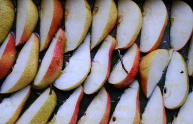 Sliced pears arranged in baking tray