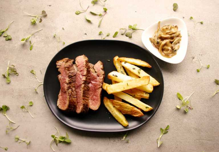 steak-frites-with-mushroom-sauce-thegoodgreeff-com