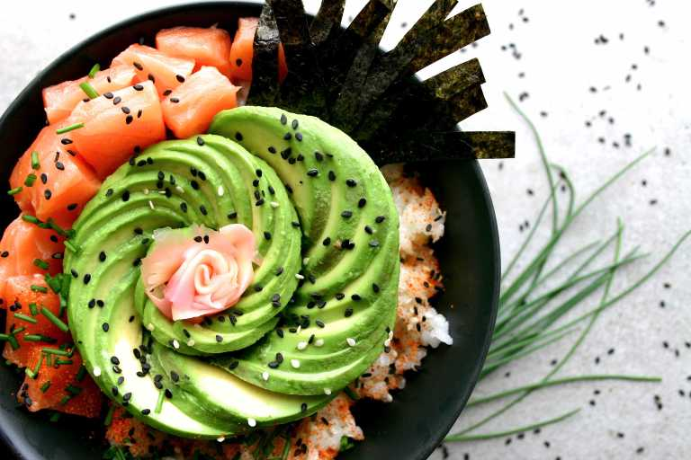 sushi-bowl-salmon-avocado-nori
