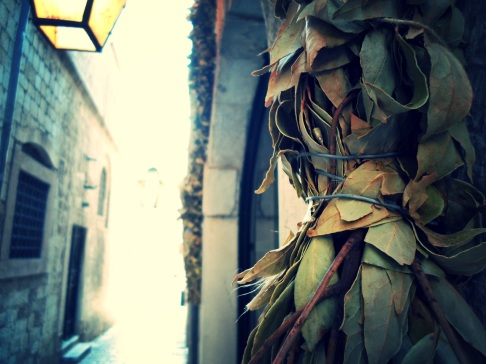 In true Dubrovnik style: Holiday greetings with bound bay leaf garlands